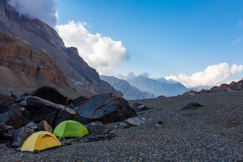 Det alpina klättrarelägret på vaggar morän arkivfoton