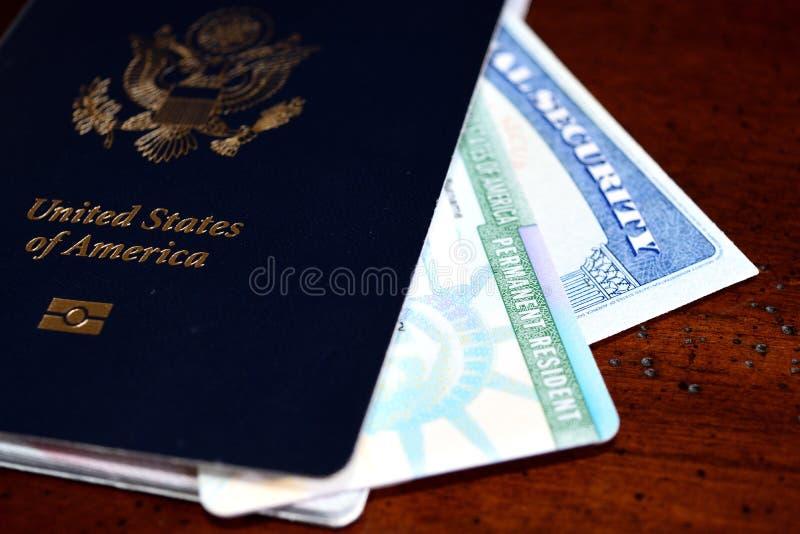 Det amerikanska passet, kortet för permanent invånare och socialförsäkring numrerar kortet royaltyfri fotografi