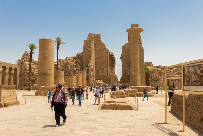 Det Amun tempelkomplexet, den huvudsakliga ingången med turister, Luxor, Egypten royaltyfri fotografi