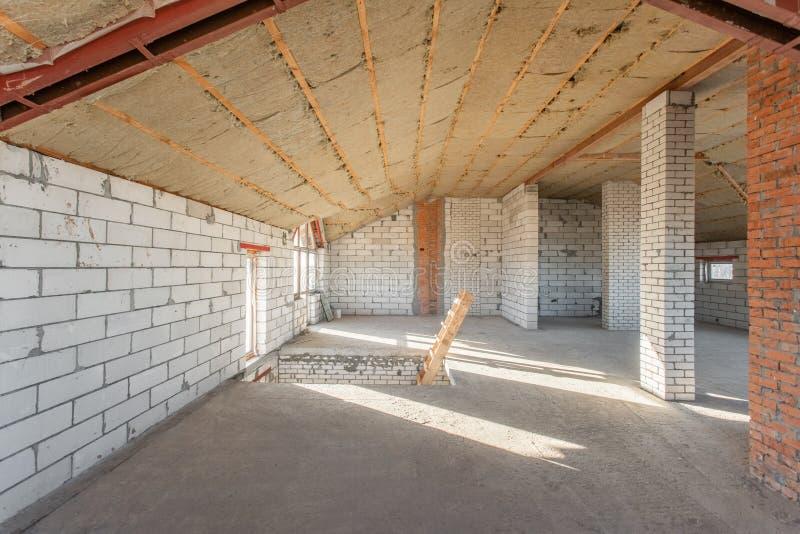 Det andra loftgolvet av huset genomgång och rekonstruktion Arbetande process av att värme inom delen av taket Hus fotografering för bildbyråer