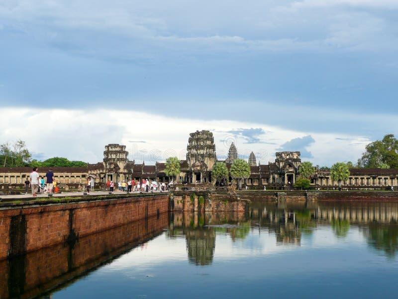 Det Angkor Wat tempelkomplexet med reflexion på sjön, Cambodja arkivfoto