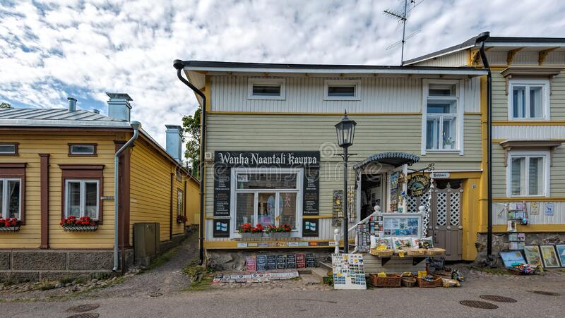 Det antika huset med souvenirer och gåvor i den gamla staden Naantali, Finland arkivfoto