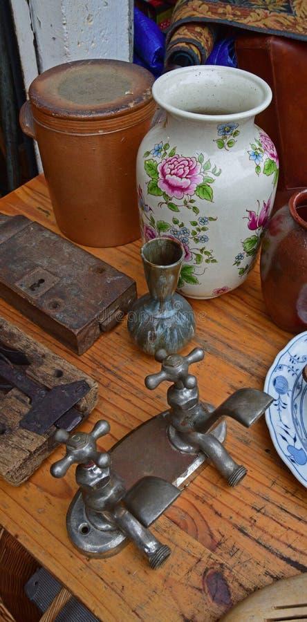 Det använda tvilling- gamla klappet fäste samman med vasen i loppmarknad fotografering för bildbyråer