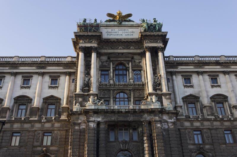Det arkitektoniska slutet av fasaden av museet av etnologi i Burggarten parkerar upp i Wien arkivfoton