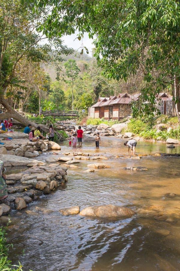 Det asiatiska folket tycker om ferie på vattenfallet parkerar arkivbilder