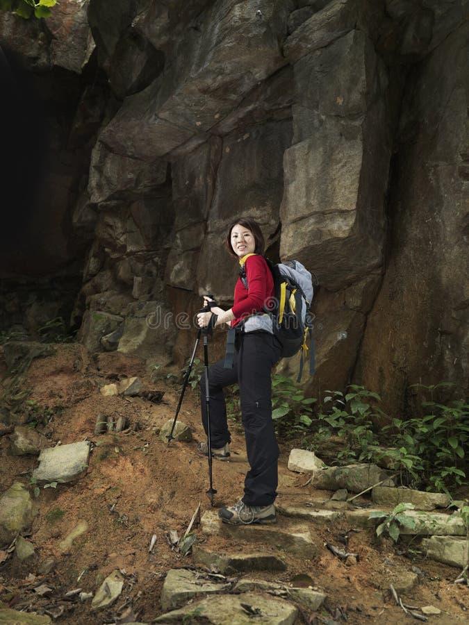 det asiatiska kvinnligberg förbereder scalen till trekker arkivfoton
