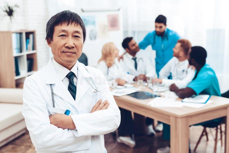 Det asiatiska leendet för doktors` s Diagnostisk diskussion royaltyfri foto