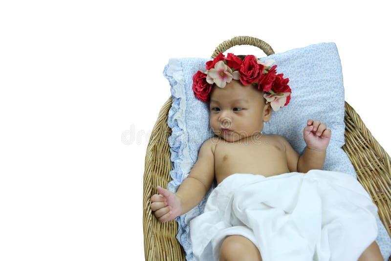 Det asiatiska spädbarnet önskar till att sova i vide- korgar som isoleras på whit arkivfoto