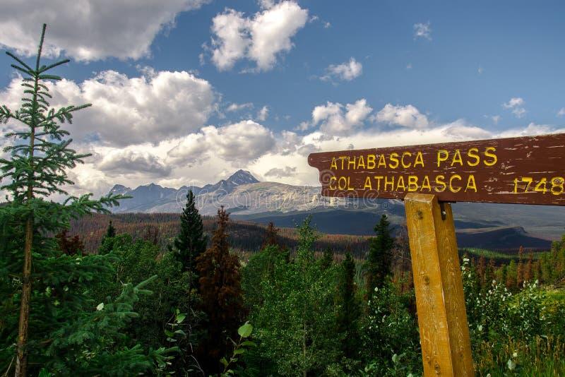 Det Athabasca passerandet undertecknar in Rocky Mountains, Alberta, Kanada arkivfoto