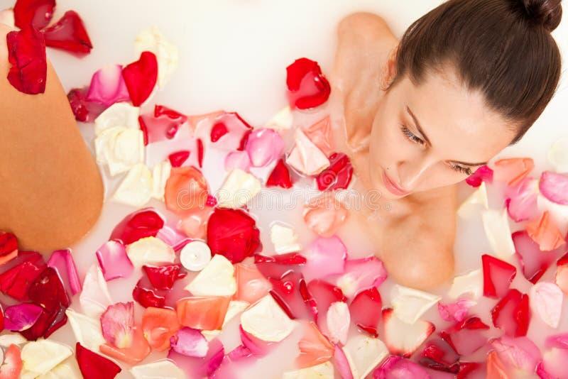 det attraktiva badet tycker om flickan mjölkar ro royaltyfri bild