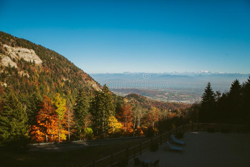 Det Autumn Alpine landskapet med höstskogberg och hus bland vaggar royaltyfri foto