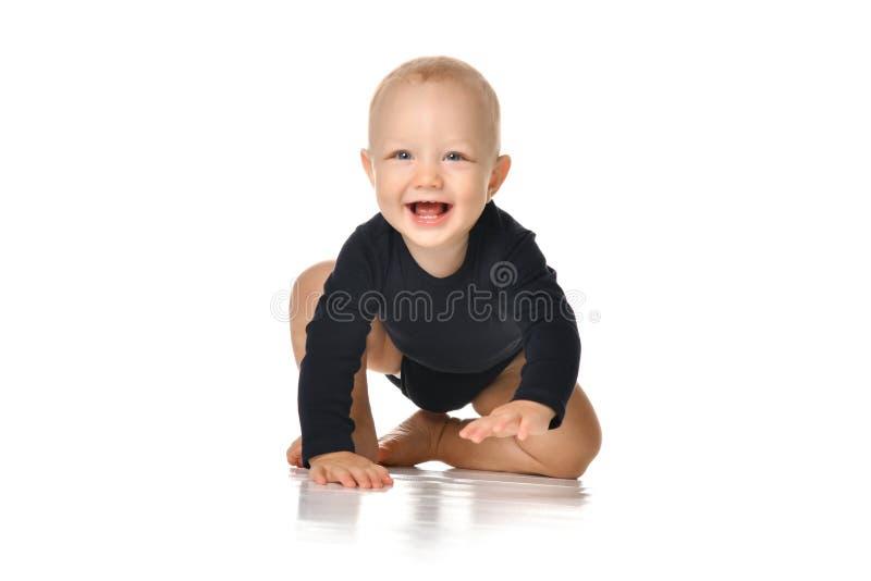 Det begynnande barnet behandla som ett barn lilla barnet som kryper lyckligt seende rakt som isoleras på en vit bakgrund royaltyfri bild