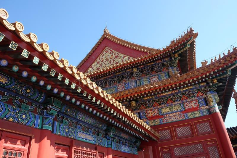 Det belade med tegel taket och fasaden dekorerade med en kinesisk modell beijing stad förbjuden slott royaltyfri foto