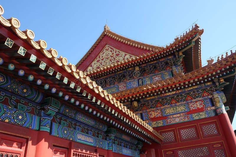 Det belade med tegel taket och fasaden dekorerade med en kinesisk modell beijing stad förbjuden slott royaltyfria foton
