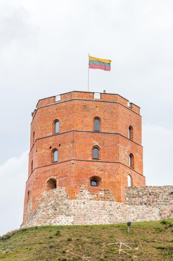 Det berömda Gediminas tornet på den molniga dagen Gediminass torn är den resterande delen av övreslotten i Vilnius, Litauen arkivbild