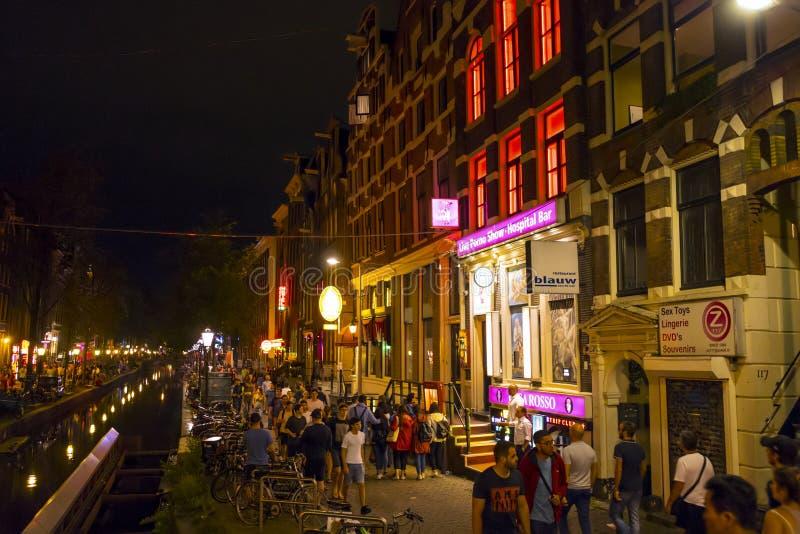 Det berömda rött ljusområdet av Amsterdam - AMSTERDAM - NEDERLÄNDERNA - JULI 20, 2017 royaltyfria foton