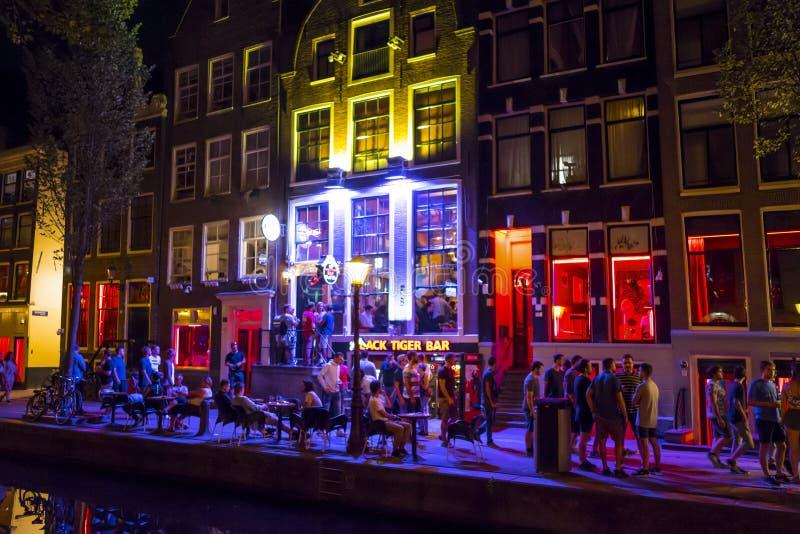 Det berömda rött ljusområdet av Amsterdam - AMSTERDAM - NEDERLÄNDERNA - JULI 20, 2017 royaltyfri fotografi