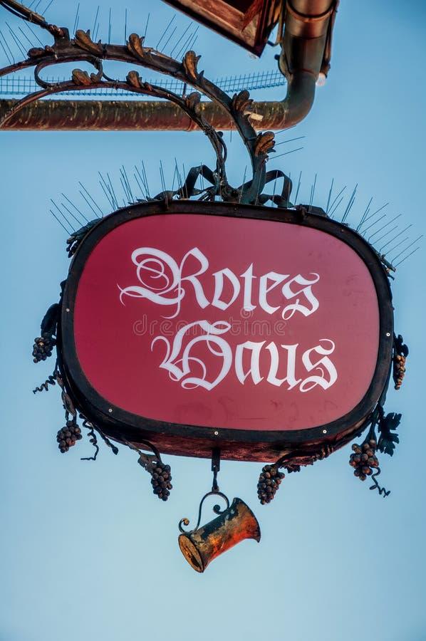 Det berömda 'Rotes Haus'en röda huset i Dornbirn, Österrike royaltyfri foto