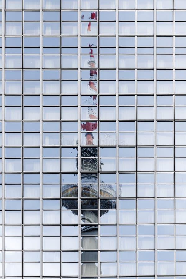 Det Berlin televisiontornet reflekteras i fönstren av ett högt-ri arkivbild