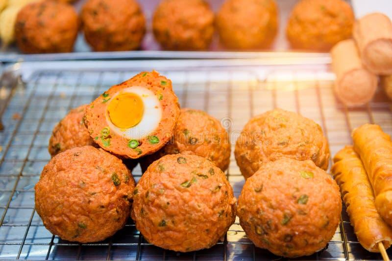 det bevarade ägget wraped vid den stekte fisk-deg bollen, traditionellt thailändskt royaltyfria bilder
