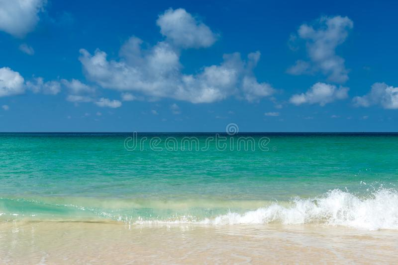 Det blå havet och vit vinkar på stranden med blå himmel royaltyfri foto