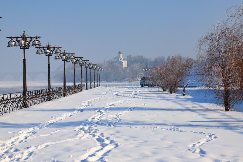 Det blå vinterlandskapet av avrinningsområden nära floden med vintage-metalllyktor, Dnepropetrovsk, staden Dnipro, Ukraina arkivbilder