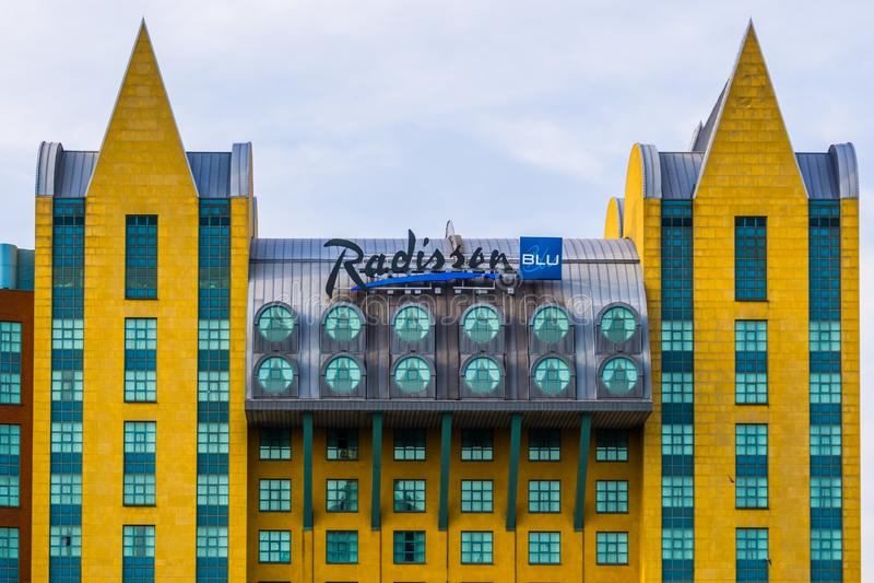 Det blåa astrid för radisson hotellet med teckenbrädet i den antwerp staden, populär värld - bred hotellkedja, Antwerpen, Belgien arkivfoto