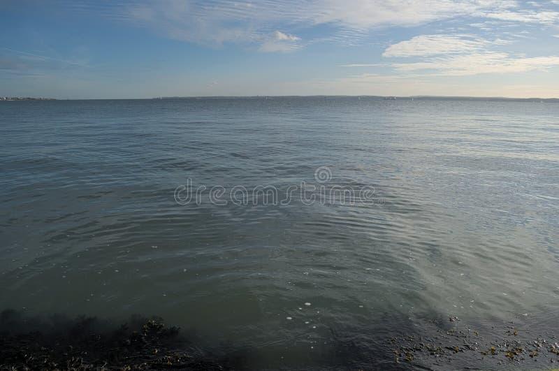 Det blåa havet möter den blåa himlen fotografering för bildbyråer
