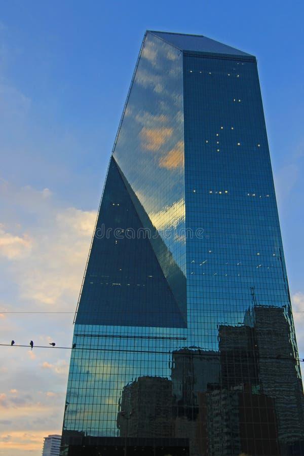 Det blåa skyskrapaspringbrunnstället är en häftebyggnad av den i stadens centrum Dallas Skyline arkivbilder