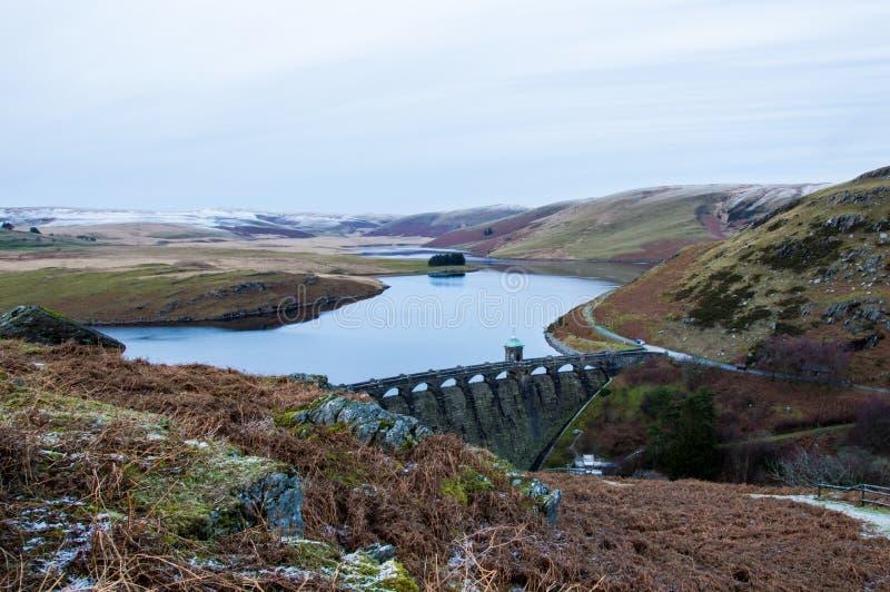 Det bleka hedland- och vattenlandskapet av Elan Valley i vinter Med den viktorianska fördämningen av Craig Goch Reservoir royaltyfria foton