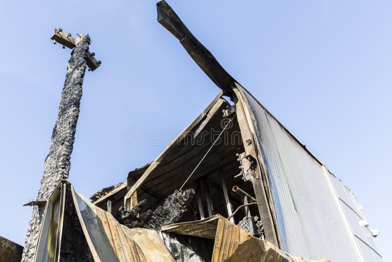Det brända skadade taket fördärvar av förstörd supermarket arkivfoto