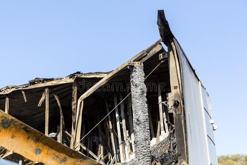 Det brända skadade taket fördärvar av förstörd supermarket fotografering för bildbyråer