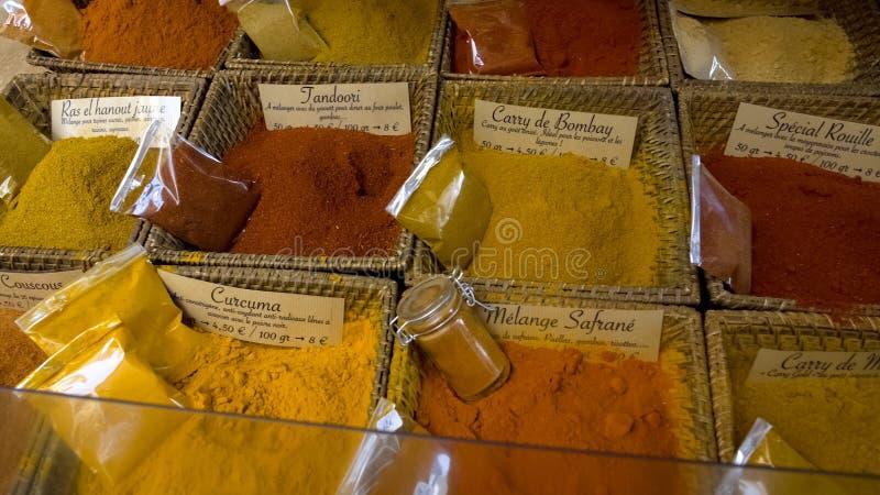 Det breda sortimentet av olika smaktillsatser, örter och kryddor på person som tillhör en etnisk minoritet shoppar, marknadsför royaltyfri bild