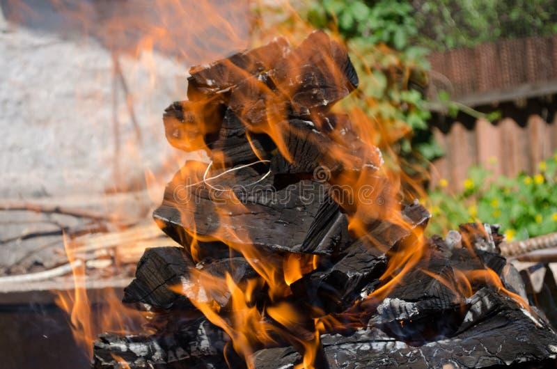 Det brinnande vedträt ger fred 01 05 2018 arkivbild