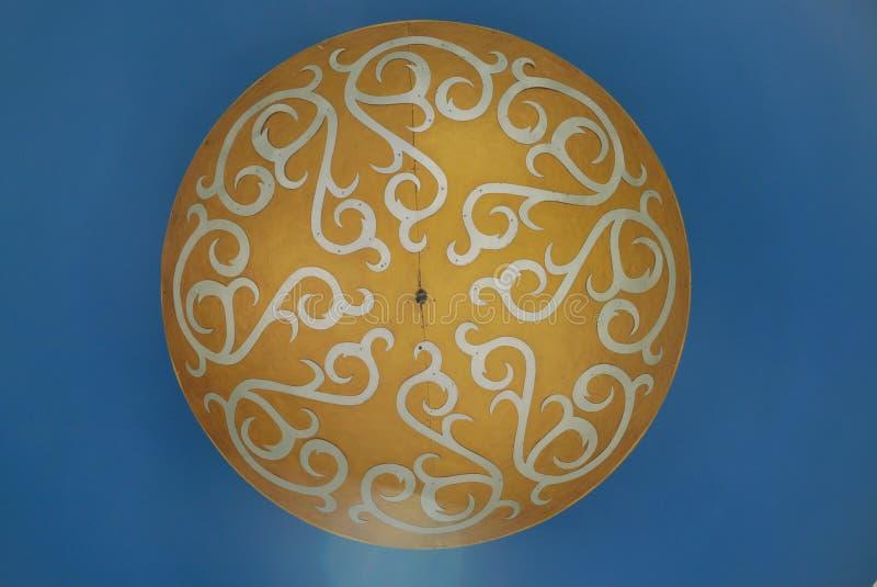 Det bruna, vita och blåa taket smyckade royaltyfri bild