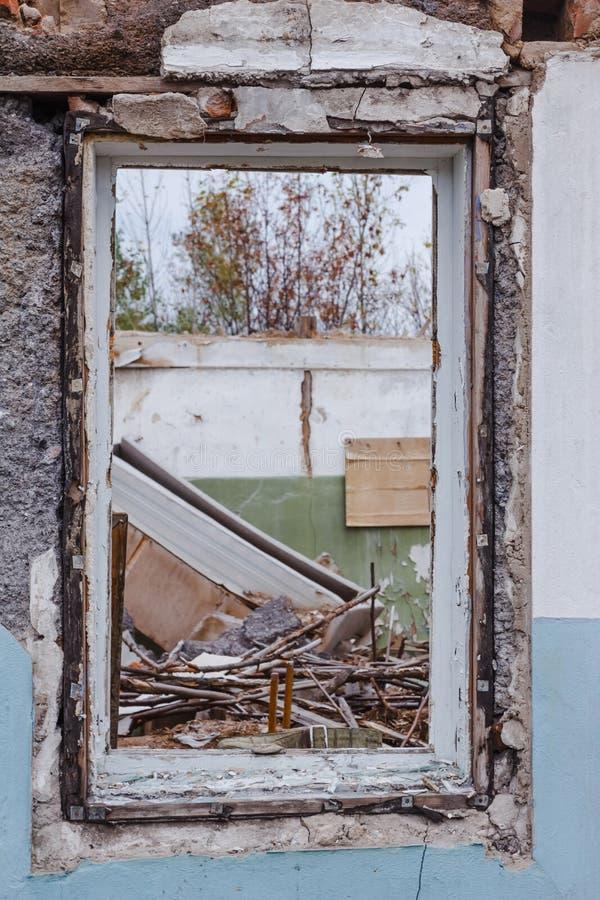 Det brutna glass fönstret fördärvar royaltyfri foto
