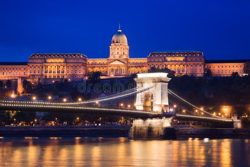Det Buda slottet och kedjar överbryggar. Budapest Ungern arkivfoto