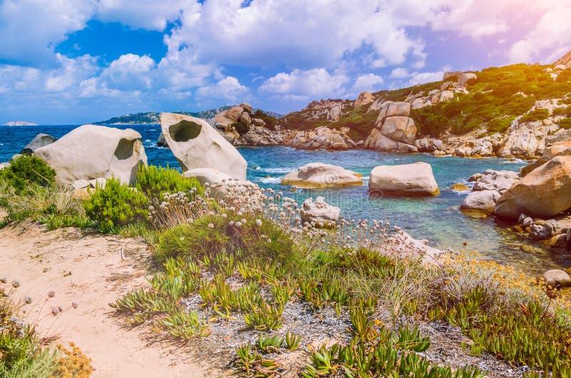 Det Cala Scilla stället nära Costa Serena med sandsten vaggar i havet, Sardinia, Italien arkivfoto