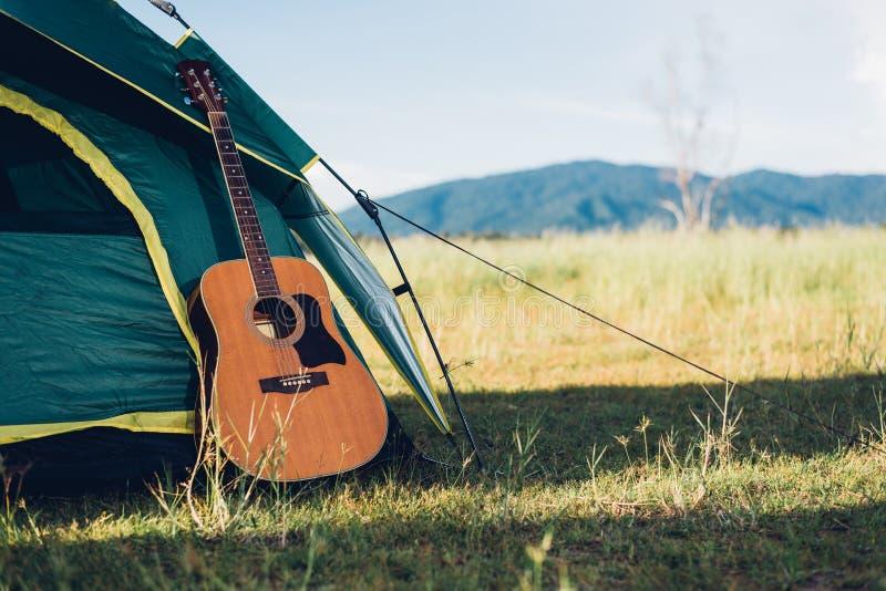Det campa tältet och har gitarren royaltyfri fotografi