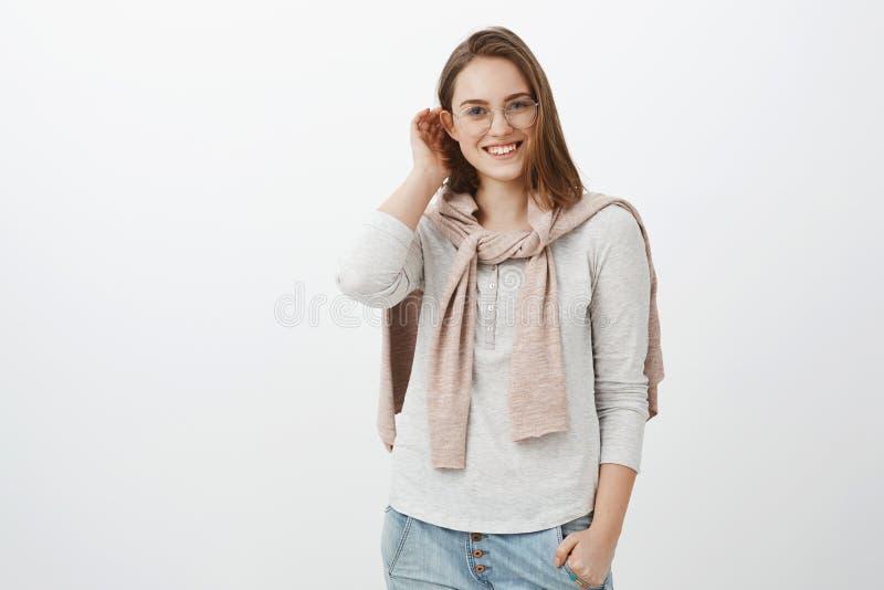 Det charmiga barnet ilar kvinnlig brunett i gulliga ramar, och sweatern som binds över att promenera för hals, parkerar möte av d royaltyfria foton