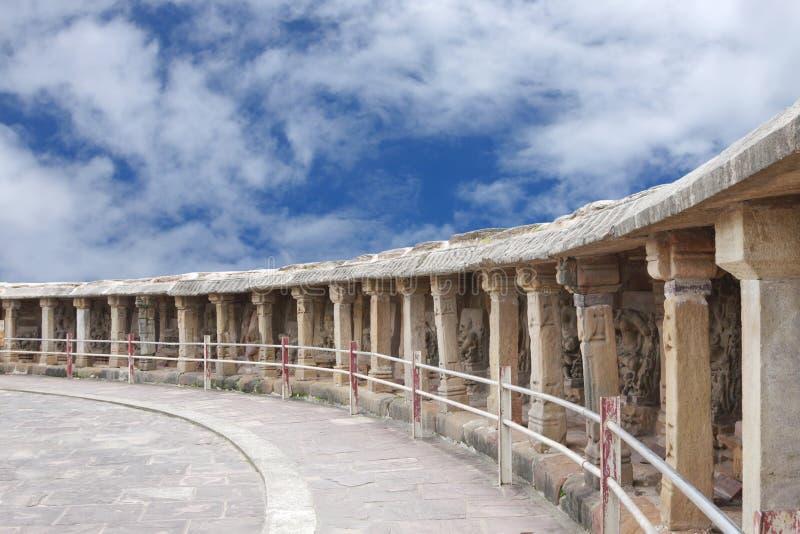 Cirkulärgallerit runt om tempelet med olika gudar arkivfoton