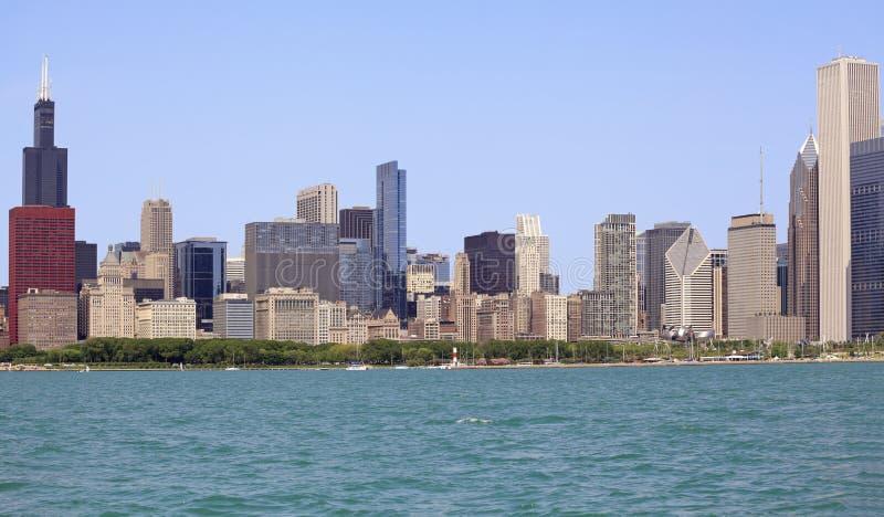 Det Chicago horisont och lånet parkerar beskådat från Michigan sjön royaltyfri fotografi