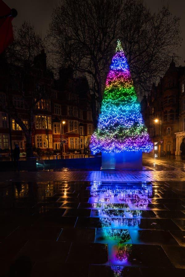 Det Connaught hotellets julgran på monteringsgatan i Mayfair, London royaltyfria bilder