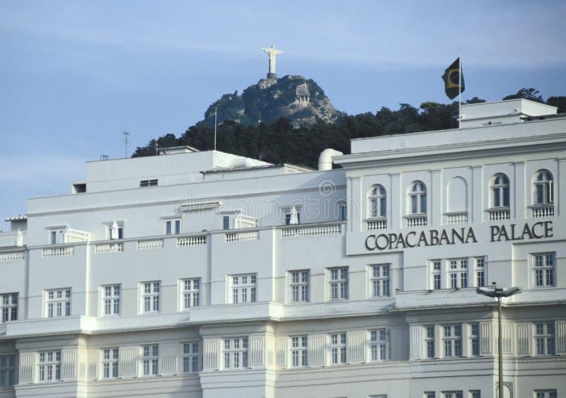 Det Copacabana slotthotellet med statyn av Kristus friköpa royaltyfri bild
