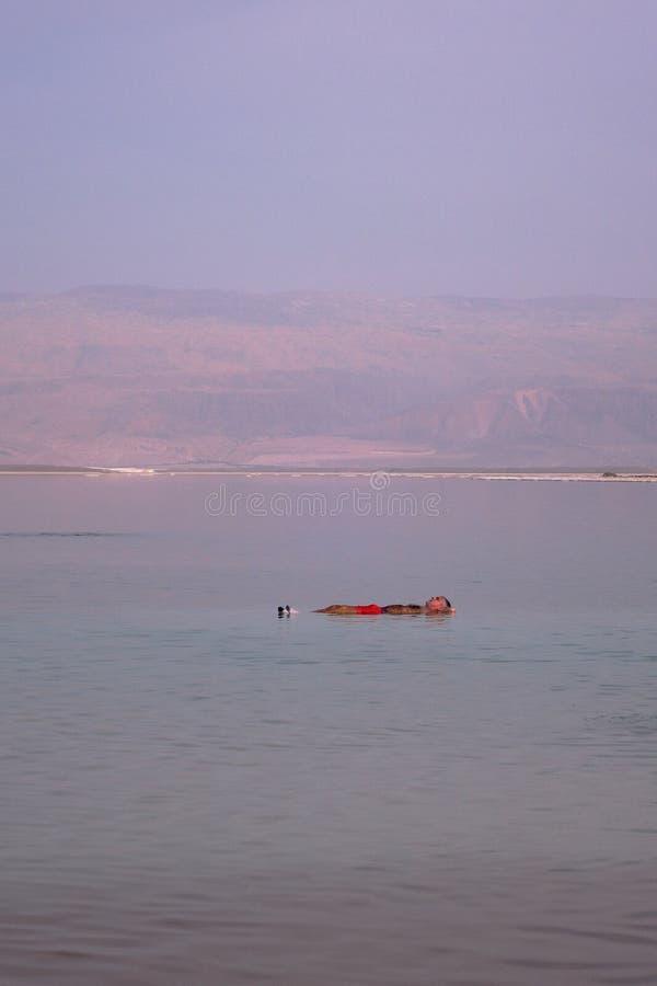 DET DÖDA HAVET, ISRAEL - 27 FEBRUARI 2017 - Man att sväva på det döda havet royaltyfria foton