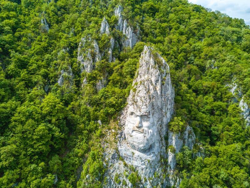 Det Decebal huvudet högg vaggar in, Donauklyftor, Rumänien arkivbilder