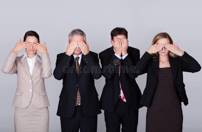 Det deras innehav för fyra businesspeople synar stängt arkivbilder