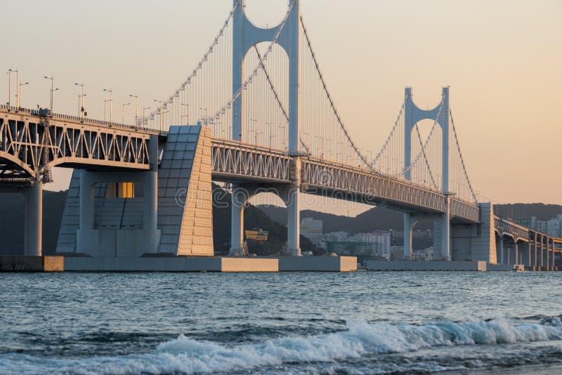 Det Diamond Bridge Gwangali aftonglödet Busan Sydkorea arkivfoto