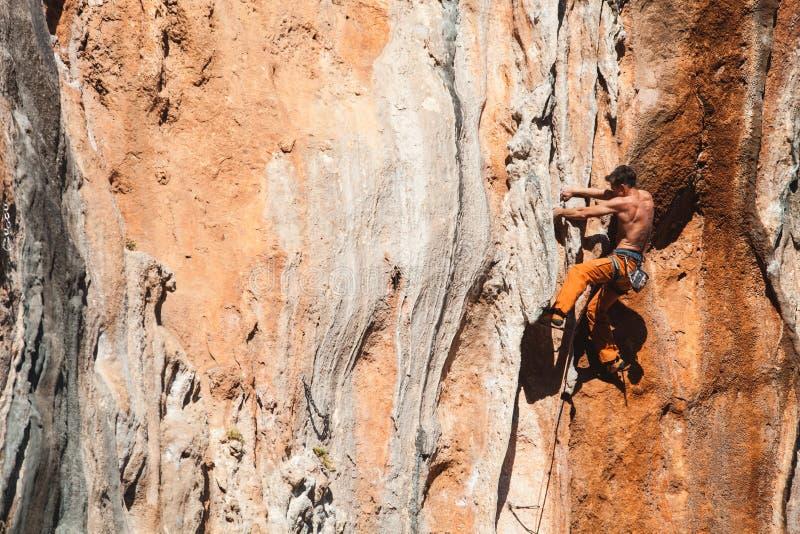 Det djärva valet - vagga klättringen arkivfoton