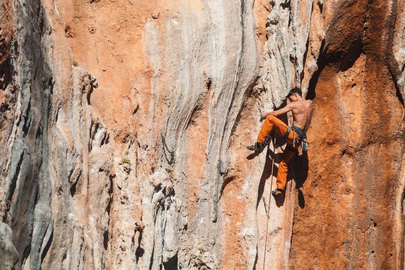 Det djärva valet - vagga klättringen royaltyfria foton